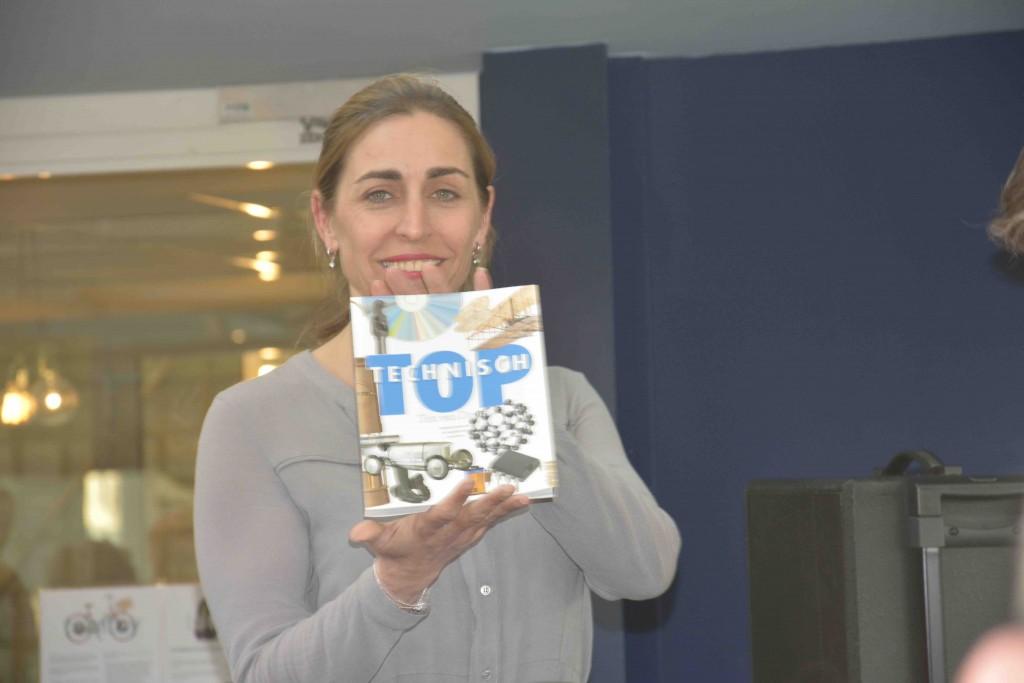 AnneMarieke Gottmer, fondsenwerver voor KWF Kankerbestrijding, heeft het eerste exemplaar van Ton van Doorns posthuum verschenen boek, Technisch Top, in ontvangst genomen.