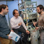 Onderzoekers Kees-Jan Westrate (Syngaschem BV), Erwin Kessels (TU/e) en Michail Tsampas (DIFFER) (v.l.n.r.) werken samen aan de omzetting van zonlicht in brandstof. Credits: Bram Lamers / DIFFER.