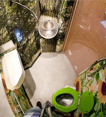 Dinsdag 30 augustus presenteerde NS een nieuwe trein met daarin een nieuw toilet ontworpen door PhD'er Marian Loth, faculteit Industrieel Ontwerpen. Uniek is dat er naast een normaal toilet ook een urinoir voor mannen in zit. Dit zorgt ervoor dat de toiletpot schoner blijft en het toiletbezoek voor vrouwen en ouderen aangenamer maakt.